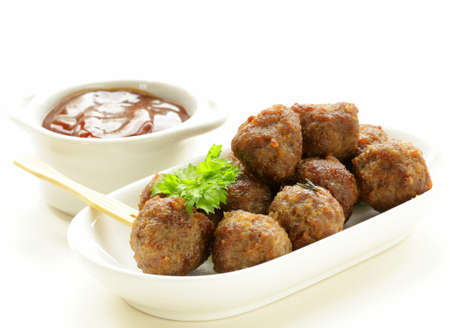 boulettes de viande - plat de viande traditionnel avec sauce aux herbes Banque d'images
