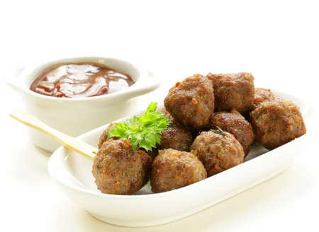 Frikadellen - traditionelles Fleischgericht mit Sauce und Kräutern