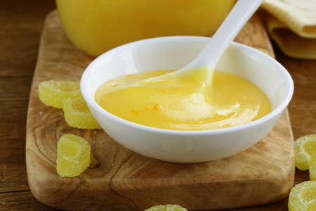 Hausgemachte Zitronen-Quark in Glas auf einem Holztisch Lizenzfreie Bilder