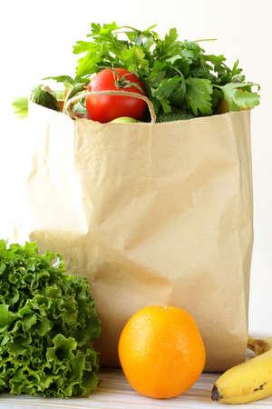 conjunto de diferentes alimentos de conveniencia hortofrutícola en una bolsa de papel