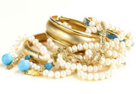 Gold, Türkis Schmuck und Perlen, auf einem weißen Hintergrund