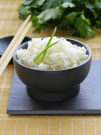 riz blanc bouilli dans un bol noir, style asiatique Banque d'images