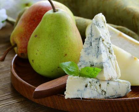 ブルーチーズと木の板に梨