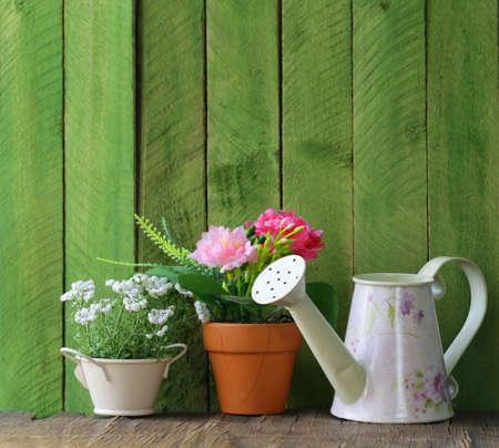 rustikalen Stilleben Gießkanne, Blumen in Töpfen, Gartengeräte