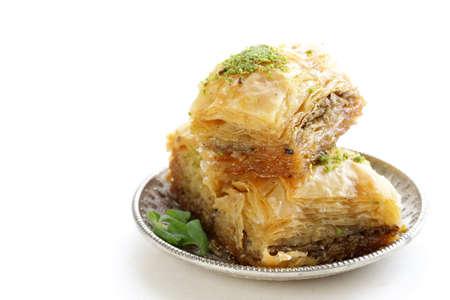 Turc baklava dessert arabe avec du miel et des noix sur un plateau d'argent Banque d'images