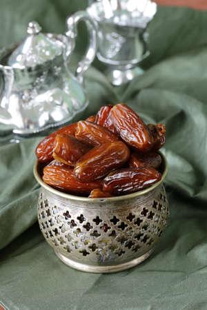 frutas secas: d�tiles dulces frutos secos en un taz�n de metal Foto de archivo