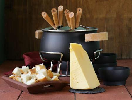 spezielle Reihe von Utensilien zum Kochen Fondue