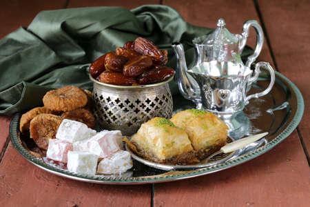 comida arabe: Dulces surtidos orientales - baklava, fechas, delicias turcas