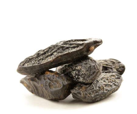 odorantes épices tonka de haricots sur fond blanc Banque d'images