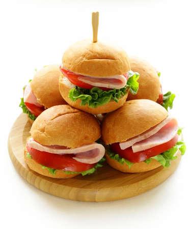 Mini hamburguesas con jamón y verduras - comidas para fiestas y picnics Foto de archivo - 26342833