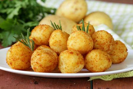gebratene Kartoffel Kugeln Kroketten mit Rosmarin Lizenzfreie Bilder