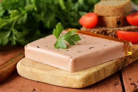 gourmet pâté de foie avec du pain de seigle noir style rustique Banque d'images