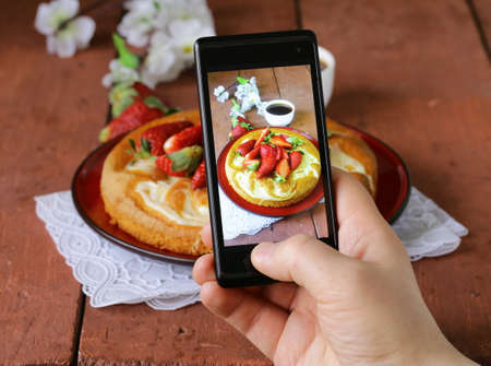 smartphone shot food photo -  vanilla cake with strawberries Imagens