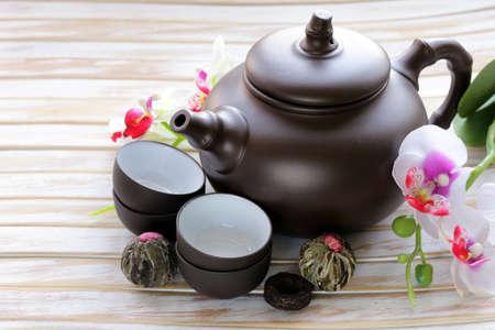ポット、カップ、様々 な穀物のお茶を飲んで、伝統的なティーの設定します。