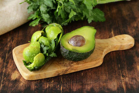 salad of fresh avocado on a wooden board Banque d'images