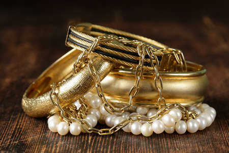 gold and pearl jewelry on vintage wooden background Banque d'images
