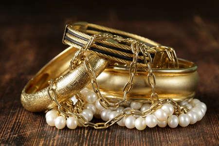 Bijoux en or et de perles sur fond de bois millésime Banque d'images - 27431892