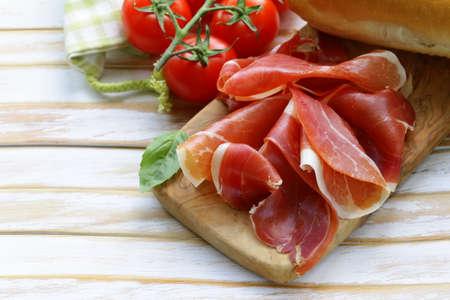 ham: parma ham jamon gesneden op een houten bord