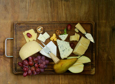 パルメザン チーズ、ブリーチーズ、青、チェダーのチーズ盛り合わせ、チーズの盛り合わせ 写真素材