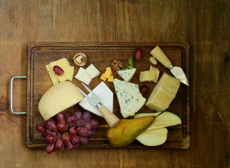 tabla de quesos: tabla de quesos con una variedad de quesos parmesano, queso brie, queso azul, queso cheddar