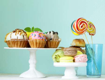 休日のデザート、装飾カップケーキとカラフルなマカロン