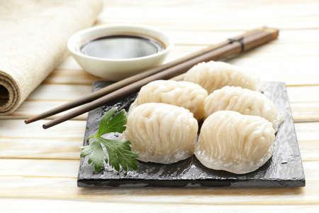 comida japonesa: Asiático al vapor albóndigas de carne de dim sum con salsa de soja Foto de archivo