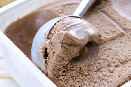 chocolate ice cream: Delicioso helado de chocolate hecho en casa fresco - Postre de verano Foto de archivo