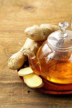 beverage tea with ginger and fresh root on a wooden background 版權商用圖片 - 31903531