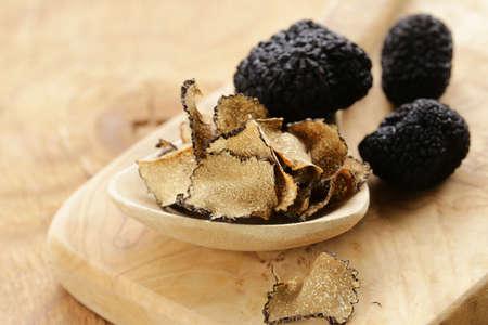 고가의 희귀 한 검은 송로 버섯 - 미식가 야채 스톡 콘텐츠