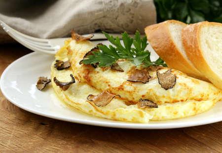gastronomische omelet met zwarte truffel en kruiden