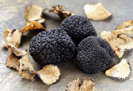 고가의 희귀 한 검은 송로 버섯 - 맛있는 야채