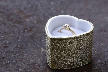 anillo de compromiso: Anillo de oro con diamantes en una caja hermosa