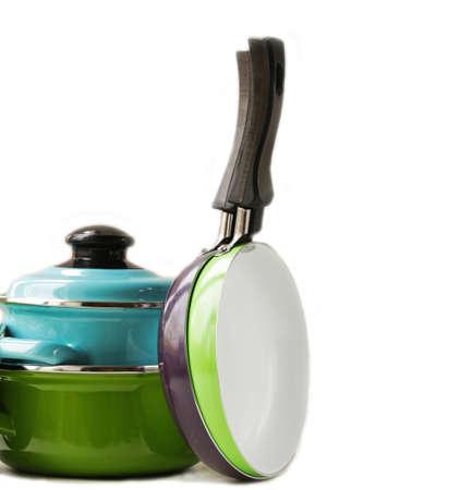 utensilios de cocina: juego de ollas de metal y utensilios de cocina sart�n sobre un fondo blanco Foto de archivo
