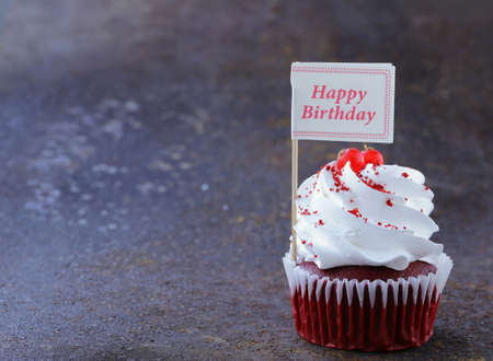 compliment: festive red velvet cupcakes with a gift compliment card Stock Photo