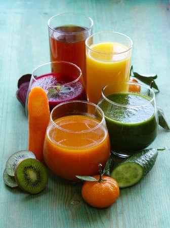 verre de jus d orange: jus de fruits frais assortis de fruits et l�gumes Banque d'images