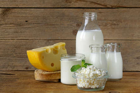 mleka: Asortyment produktów mlecznych (mleko, sery, śmietana, jogurt) Zdjęcie Seryjne