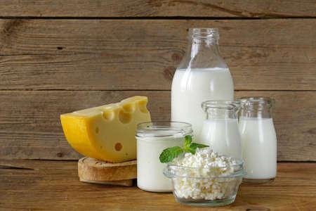 leche y derivados: surtido de productos lácteos (leche, queso, crema agria, yogur) Foto de archivo
