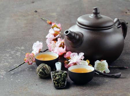 ceremonia: juego de té (tetera, tazas y diferente té verde) Foto de archivo