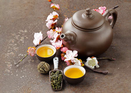 tea set (teapot, cups and different green tea) 版權商用圖片