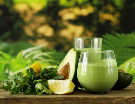 アボカド、ハーブ、ヨーグルトの自然な飲み物スムージー