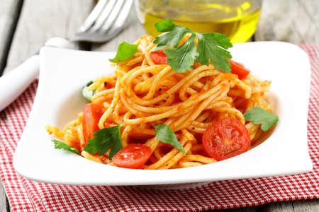 토마토 소스와 전통 이탈리안 파스타 스파게티 스톡 콘텐츠