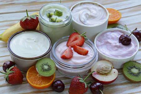 yogur: surtido de diferentes yogur para el desayuno con bayas y frutas
