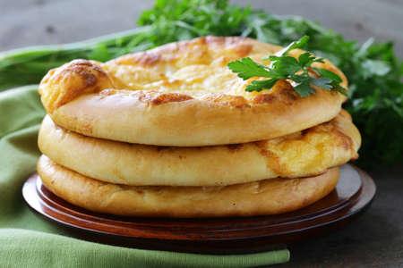 tranches de pain: pain plat au four avec du fromage sur une table en bois