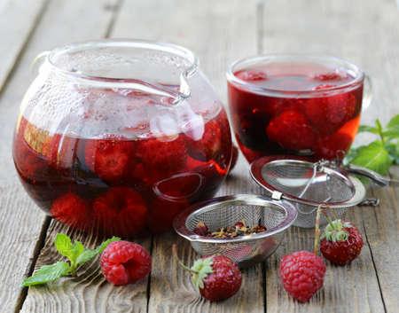 fruit bessen rode thee op een houten tafel