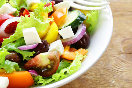 ensalada: Ensalada griega tradicional con queso feta, tomate, aceitunas y lechuga verde Foto de archivo