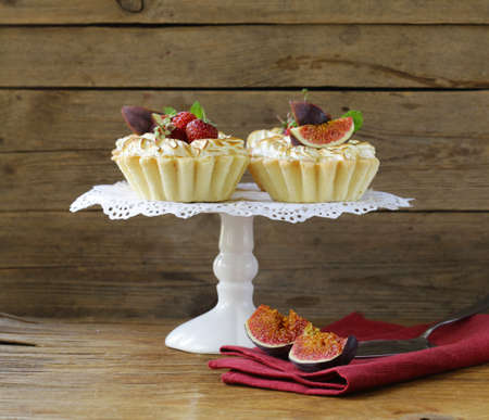 summer pudding: dessert tartlets from shortcrust pastry with meringue and fruit