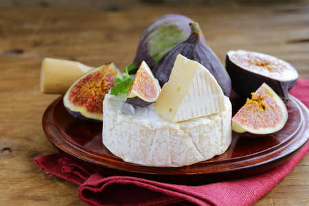 tabla de quesos: Cheese with white mold Camembert, Brie with fresh figs
