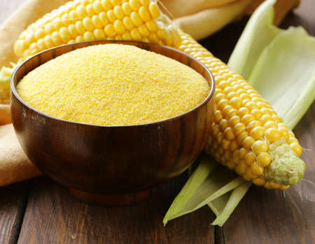 mazorca de maiz: Sémola de maíz orgánicos naturales y mazorcas en la mesa de madera