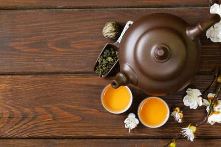 Tee-Set Teekanne, Tassen und andere grüner Tee eine hölzerne Hintergrund, Ansicht von oben Standard-Bild - 46045049