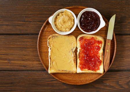 boterhammen met pindakaas en aardbeienjam